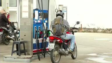 RJ alerta para cuidados na hora de abastecer a moto no Sul do Rio - Orientação da Agência Nacional do Petróleo (ANP) muitas vezes não cumprido pelos motociclistas. Uma das recomendações é descer da moto.