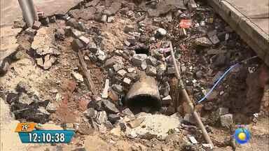 Moradora mostra buraco no Alto do Mateus, em João Pessoa - Dona Dôra gravou um vídeo mostrando as condições da Rua Júlio Porfírio de Queiroz.