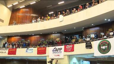 Servidores protestam na Assembleia Legislativa durante apresentação de contas do governo - A sessão foi encerrada antes que os deputados pudessem fazer as perguntas.