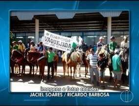Vaqueiros fazem manifestação para pedir realização da Vaquejada de Coração de Jesus - Liminar, desta terça-feira (30), proibiu realização da vaquejada; vaqueiros afirmam que já recorreram junto ao Tribunal de Justiça.