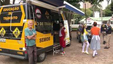 Moradores participam de ação de conscientização no trânsito em Maringá - O Sandro Ivanowski entrou num carro que simula um capotamento