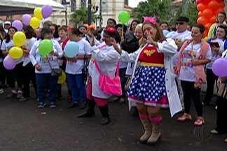 GAPC realiza caminhada contra o câncer - Caminhada reuniu cerca de 350 pessoas.
