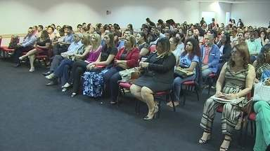 Seminário reúne especialistas para discutir sobre alfabetização de qualidade - Evento aconteceu em auditório de uma faculdade de Porto Velho.