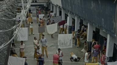 Questão de Método - Adriano vai cobrir férias num outro presídio e não concorda com os métodos violentos dos carcereiros, mas um sequestro pode fazê-lo mudar de ideia.