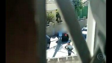 Armados com fuzis, criminosos rendem motorista em rua de Higienópolis - Houve troca de tiros durante o arrastão na Linha Vermelha, na manhã de domingo (4). Em Higienópolis, um grupo de homens com fuzil circulava em vias da região.