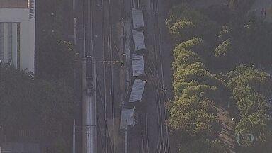 Trem carregado com soja descarrila em Belo Horizonte - De acordo com a empresa responsável, cinco vagões tombaram. Ninguém ficou ferido.