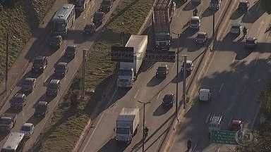 Caminhão com problemas mecânicos prejudica trânsito no Anel Rodoviário de BH - Veículo ficou parado na altura do bairro Califórnia, no sentido Rio de Janeiro.