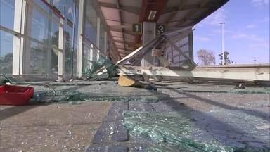 Estação do BRT atingida por caminhão há um mês continua fechada - Estação do BRT atingida por caminhão há um mês continua fechada. É o assunto do Redação Móvel.