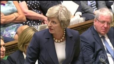 Theresa May descarta renunciar ao cargo mesmo depois de perder a maioria no Parlamento - Atacada pela oposição e pelo próprio partido, a primeira ministra britânica foi nesta sexta (9) fazer o pedido formal de permissão à Rainha Elizabeth para formar um novo governo.