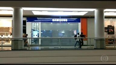 Assalto a loja de telefones provoca correria no shopping Via Brasil - Dez homens invadiram o shopping no início da noite e ainda fizeram um arrastão no estacionamento durante a fuga