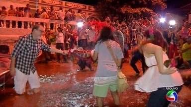 Banho de São João coloca Corumbá entre cinco destinos nacionais com festas juninas - O Banho de São João do Pantanal já é patrimônio cultural de Mato Grosso do Sul. Esse ano, Corumbá, onde a festa é realizada, está entre os cinco destinos nacionais com festas juninas.