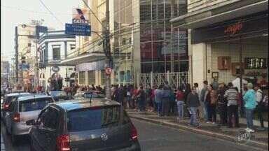 Trabalhadores enfrentam baixas temperaturas para o saque do FGTS na região de Campinas - Agências da Caixa de Piracicaba também registraram filas.
