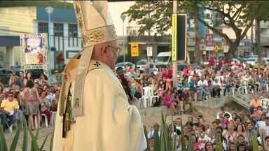 Milhares de fiéis se reúnem em missa em homenagem a São José de Anchieta - Evento acontece na praia central de Anchieta.