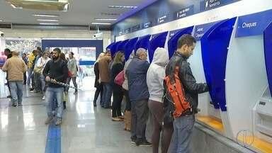 Agências da Caixa no interior do RJ abrem neste sábado para saque de FGTS - Agências em Petrópolis, RJ, ficaram movimentadas até às 15h.