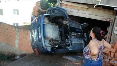 Carro tomba e vai parar em garagem de prédio em Belo Horizonte - Acidente foi em uma rua íngreme do bairro Fernão Dias, na Região Nordeste.
