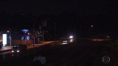 Quem chega ou sai de Belo Horizonte à noite pela BR-040 encontra rodovia escura - São dezenas de lâmpadas queimadas na estrada.
