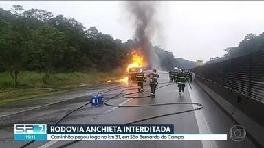 Caminhão pega fogo e interdita tráfego na Rodovia Anchieta, em São Bernardo do Campo - O acidente aconteceu por volta das 15h desta terça (13). Bombeiros usaram uma espuma especial para conter o fogo no caminhão, que transportava um tipo de resina altamente inflamável.