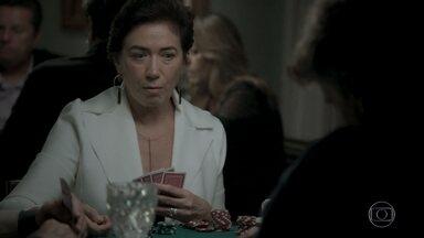 Silvana passa a noite jogando - Nonato fica intrigado ao ver que o carro da patroa ainda está no mesmo lugar