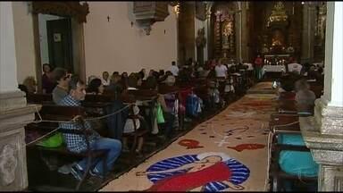 Católicos celebram Dia de Corpus Christi com tapetes e missas no Grande Recife - Tapetes de serragem e sal são tradicionais no feriado católico