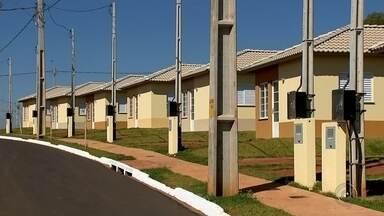 Impasse entre prefeitura e construtora impede famílias de mudarem para casa própria - Mais de 600 famílias de Catanduva (SP) têm casa própria, mas não podem mudar por causa de um impasse entre a prefeitura da cidade e a construtora de um conjunto habitacional.