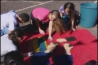 Fiéis montam tradicionais tapetes para celebração de Corpus Christi na região - Paróquias tem horários especiais para celebração no feriado.Confira os detalhes da programação em cidades do Triângulo.