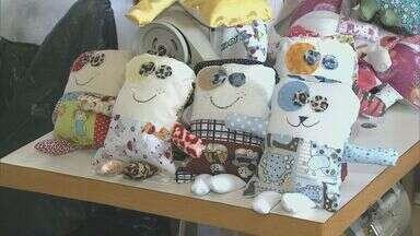 Voluntários distribuem bonecos de pano para crianças e idosos em Pouso Alegre (MG) - Voluntários distribuem bonecos de pano para crianças e idosos em Pouso Alegre (MG)
