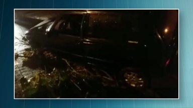 Carro cai em buraco na Vila Operária em Paranavaí - Quatro pessoas tiveram ferimentos leves.