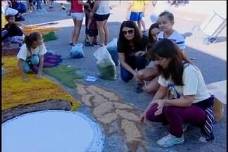 Fiéis se unem e montam tapetes para celebrar Dia de Corpus Christi em Itaúna - Montagem dos tapetes começou logo no início da manhã na cidade.