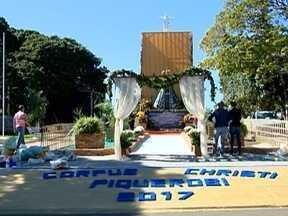 Fiéis católicos participam de celebrações de Corpus Christi - Missas e procissões foram realizadas em várias cidades.