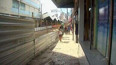 Obras na José Avelino completam um mês - Feirantes foram retirados do local sob protesto para obra de revitalização.