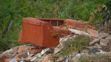 """Prefeitura indica 114 áreas com descarte irregular de lixo em Campinas - Administração indica 28 bairros com mais """"pontos viciados"""" - regiões que embora tenham recebido equipes de limpeza, voltaram a ter problemas na cidade."""