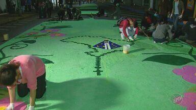 Confecção de tapetes marca Corpus Christi em Matão - Feriado religioso, nesta quinta-feira (15), foi celebrado no interior de São Paulo.