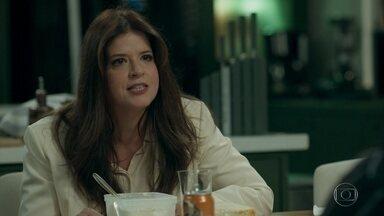 Maria Pia cobra acordo com Malagueta - Ela diz que Eric não ficará peso por muito tempo