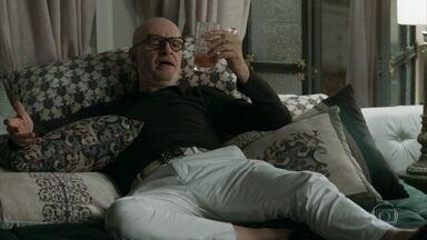 Pedrinho decide ficar mais uma noite no hotel - Mesmo contra a vontade de Luíza, ele resolve permanecer mais um pouco