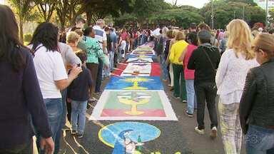 Fiéis participam de procissão no dia de Corpus Christi - Ruas ficaram enfeitadas pelos tapetes