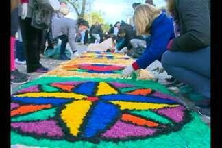 Tapetes de Corpus Christi colorem as ruas de Bagé, RS - Este ano onze quadras serão enfeitas.