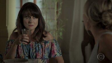 Edinalva pede para Jeiza apressar Zeca com os papéis do divórcio - Cândida questiona a filha sobre Caio