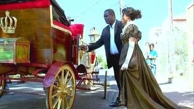 De princesa, mulher surpreende namorado que construiu carruagem - Osmir trabalhou três anos na construção de uma carruagem para Gecilda. Letícia Colin ajudou na missão de transformar Gecilda em princesa.