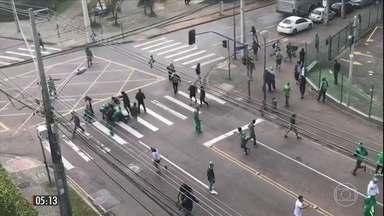 Vídeo mostra torcedor do Corinthians sendo espancado no PR - Ônibus e uma van da torcida do Corinthians entraram numa rua onde estava concentrada a torcida do Coritiba. Houve confusão e confronto. Em um vídeo, divulgado nas redes sociais, Jonatan Gomes da Silva é espancado por torcedores uniformizados do Coritiba.