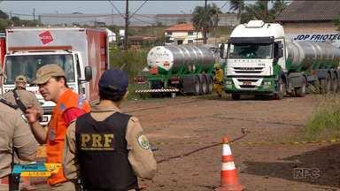 Empresa e motorista são autuados por vazamento de produto químico - A carga estava num caminhão que seguia do Brasil para o Paraguai.