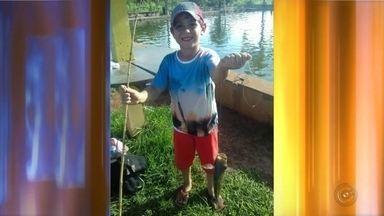 Criança de 6 anos morre após ser atingida por tiro acidental de outra criança - Uma criança de seis anos morreu depois de levar um tiro acidental de outra criança, de 9 anos, enquanto brincavam em um sítio de Mira Estrela, neste domingo (19).