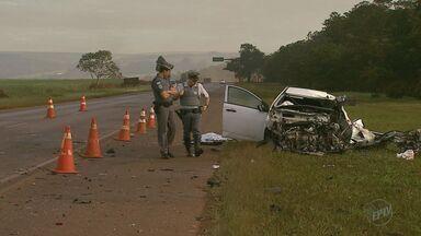 Mulher morre em acidente na Rodovia Cunha Bueno em Pradópolis, SP - Carro com duas pessoas seguia em direção a Jaboticabal quando bateu de frente com caminhão.
