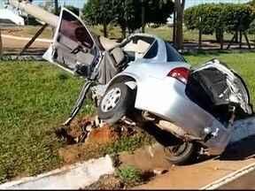 Agente de segurança penitenciária morre em acidente em Presidente Epitácio - Carro atingiu um poste na avenida da Orla Fluvial.