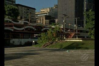 Local do Arraial de Belém mudou e não agradou vendedores e frequentadores de praça - O evento, que antes era realizado na praça Waldemar Henrique, passou para um clube particular.