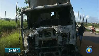 Caminhão pegou fogo no começo da manhã na BR-101 na Paraíba - Motorista ouviu barulho e levou veículo para acostamento, quando caminhão começou a pegar fogo.
