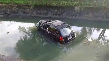 Carro capota e cai dentro de canal na Zona Norte do Recife - Motorista fugiu do local e não há informação sobre feridos