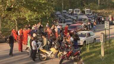 Desempregados bloqueiam portarias da RPBC e reivindicam vagas para trabalhadores locais - Eles são contra a contratação de trabalhadores que não moram na Cidade ou região da Baixada Santista.