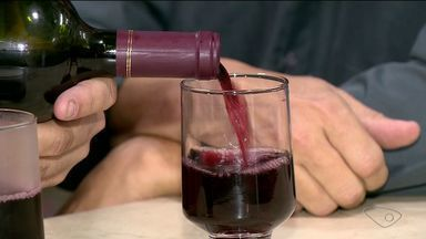 Clima mais frio faz aumentar a venda de vinhos, no Sul do ES - Muita gente não dispensa a bebida nas noites de frio.