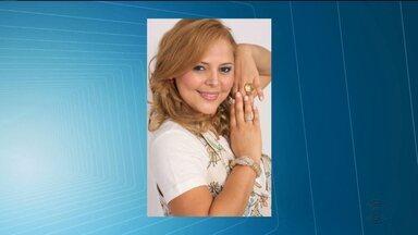 Corpo da cantora Eliza Clívia é enterrado em Livramento, PB - Cantora e o marido, Sérgio Ramos, morreram após um acidente de carro em Aracaju.