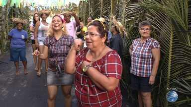 Vizinhos se juntam e fazem arraiá no bairro de Novo Horizonte, em Salvador - O evento aconteceu em Santo Antônio de Jesus. Confira na reportagem de Juliana Cavalcante.